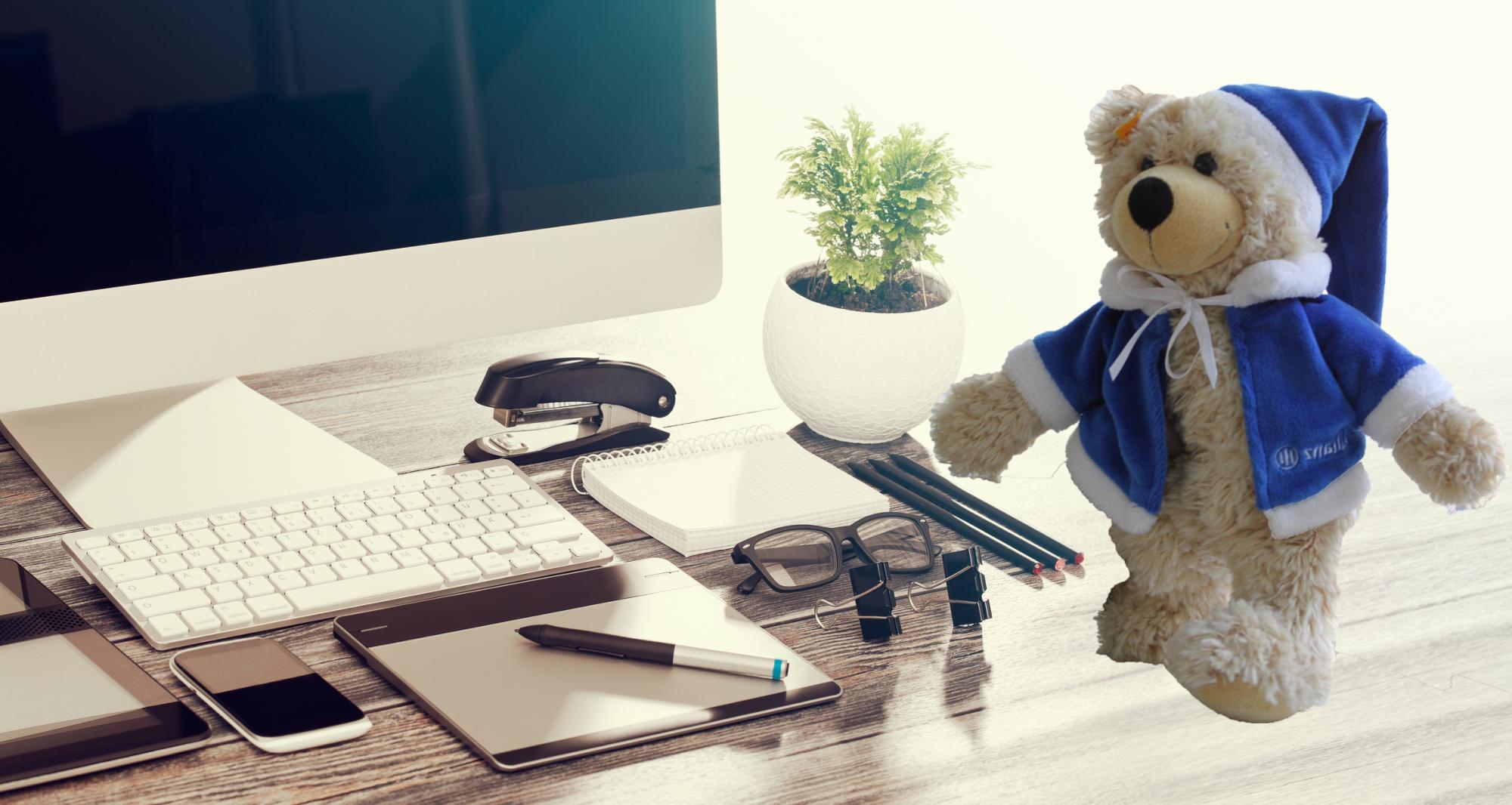 Teddy auf dem Schreibtisch