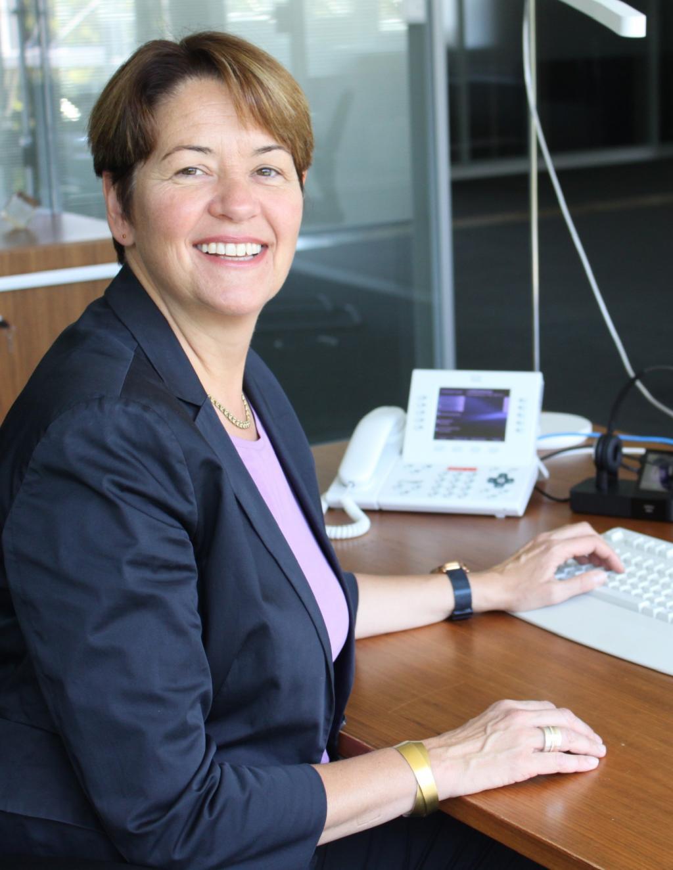 Frau Dickes am Schreibtisch