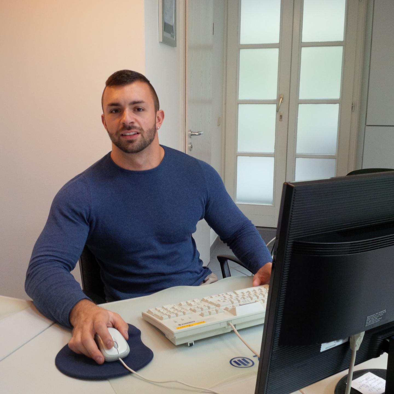 Thomas Weber an seinem Arbeitsplatz