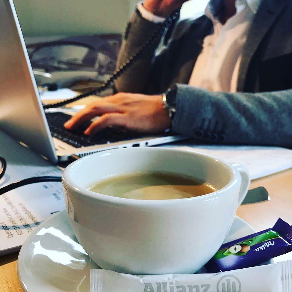 Kaffee während der Tätigkeit als Kundenbetreuer