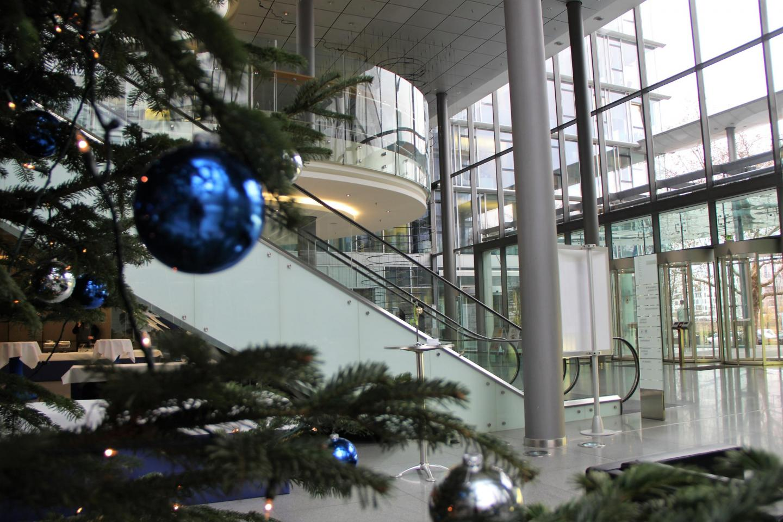 Weihnachtliche Stimmung im Empfangsbereich der Allianz Frankfurt
