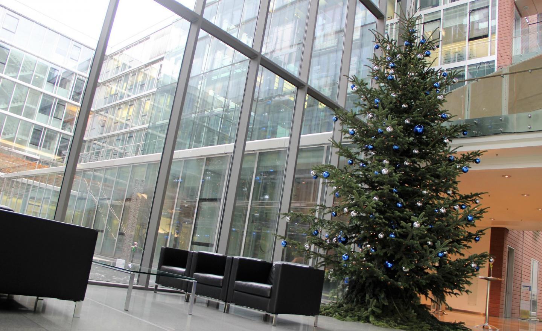 Tannenbaum im Empfangsbereich in der Allianz Frankfurt