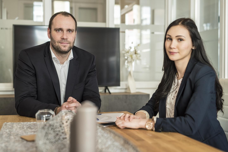 Allianz Hauptvertreter Ingo Heinze mit seiner Auszubildenden Frau Kopp