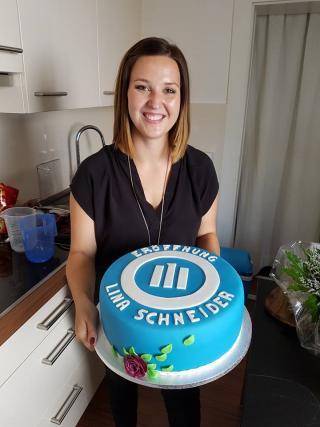 Lina Schneider mit Kuchen