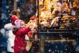 Kinder vor der Bäckerei